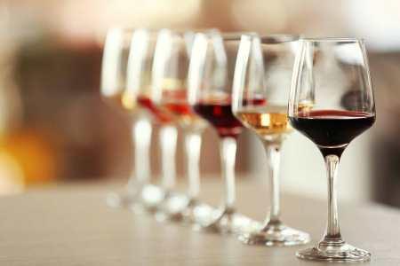 Královská sklepení Hlohovec - sklenice a víno