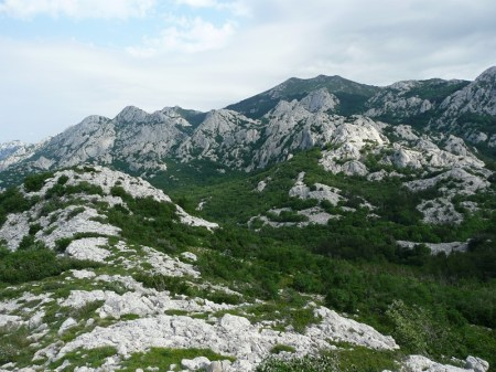 Vr' (945 m), u pozadini V. Stolac