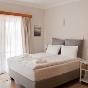 Queen-Bett Zimmer mit Tür zum Garten