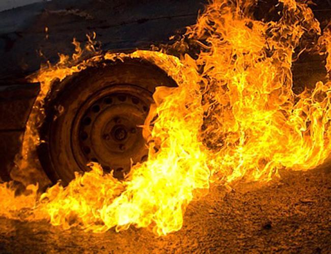 """На Прикарпатті внаслідок пожежі згорів автомобіль """"Фольксваген"""""""