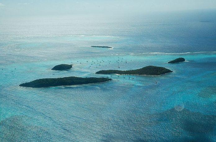 Tobago Cays ze vzduchu. Uprostřed hrozen jachet.