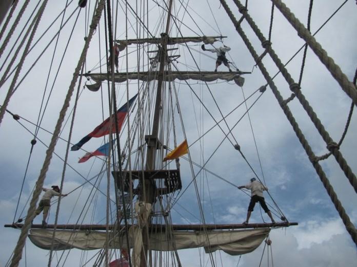 Kadeti na ráhnech při vjezdu do přístavu.