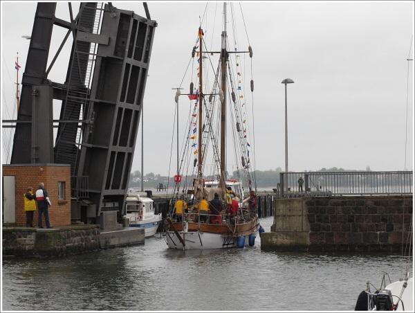 Loučíme se s nejbližšími, máváme přátelům ze Stralsundu a v 17. 45 s Tomíkem a Jardou Ročákem vyplouváme pod zvednutým mostem směr Bärthof