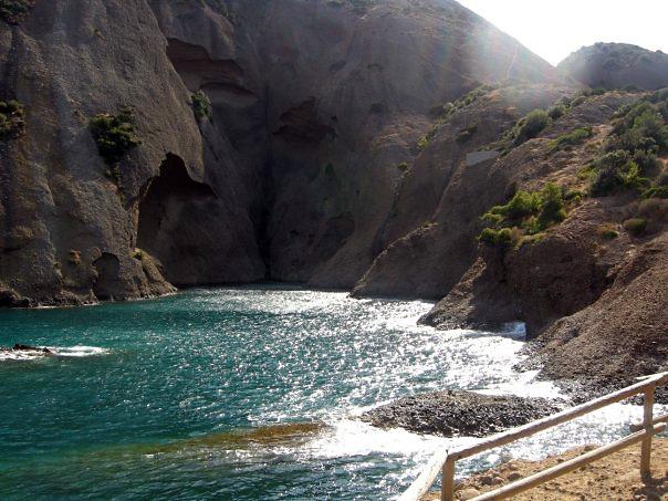 Kalangy (calangues), vápencové zátoky, kde je výjimečně čistá voda a bohatý mořský život. Nesmí se tu kotvit, jen stát na bójkách.