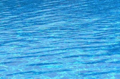 Čím je hloubka větší, tím tmavější modrou můžeme vidět.