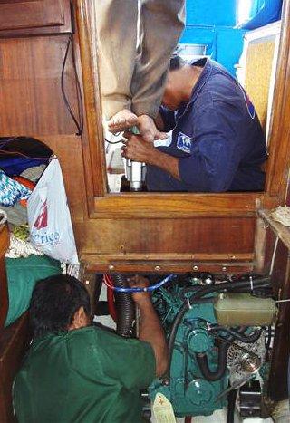 Když ani s elektrickou vrtačkou Mikova síla nestačila, byl povolán opět do služby bangladéšský pomocník.