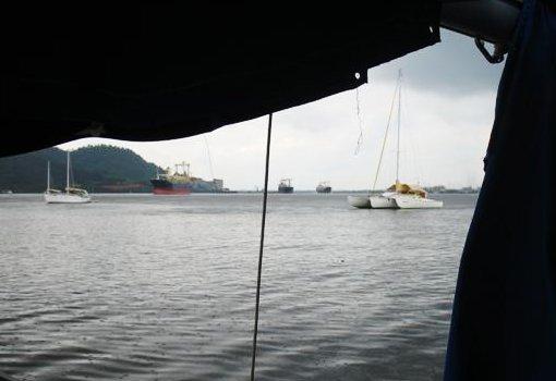 V levém horním rohu je Rodneyho loď.
