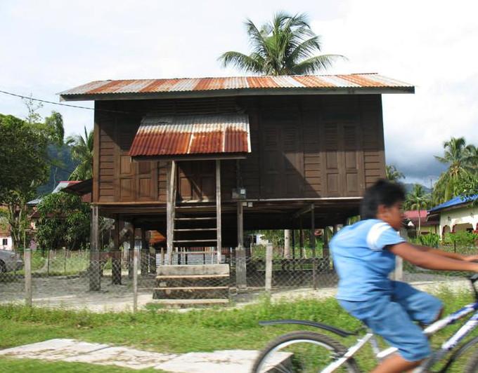 """Typický malajský domek na """"kuřecích"""" nožkách"""