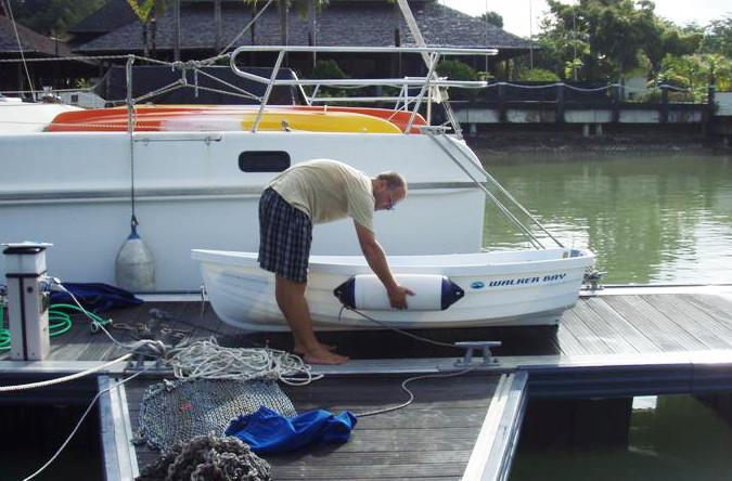 Zhruba v této poloze plánujeme připevnit odražeče k našemu člunu a přetvořit ho v záchranný člun v případě nouze