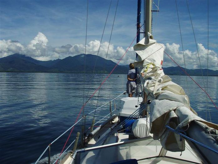 V popředí náš průvodce v motorovém člunu.