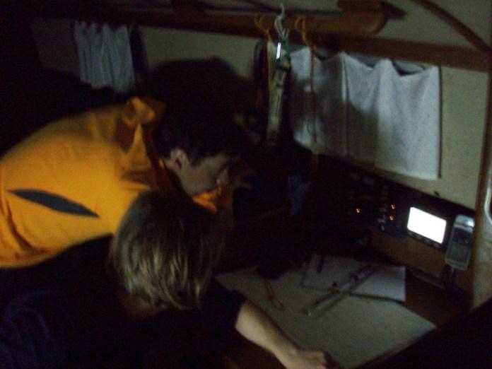 Ondra s Janičkou čtou novou předpověď počasí z Navtexu.