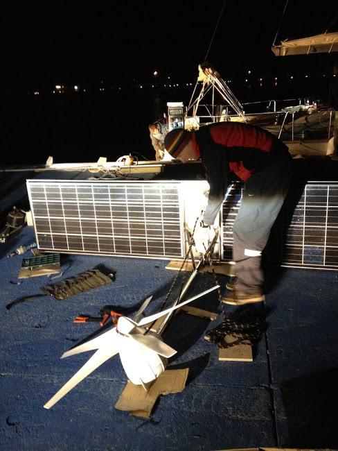 Montáž solárního panelu a větrného generátoru.