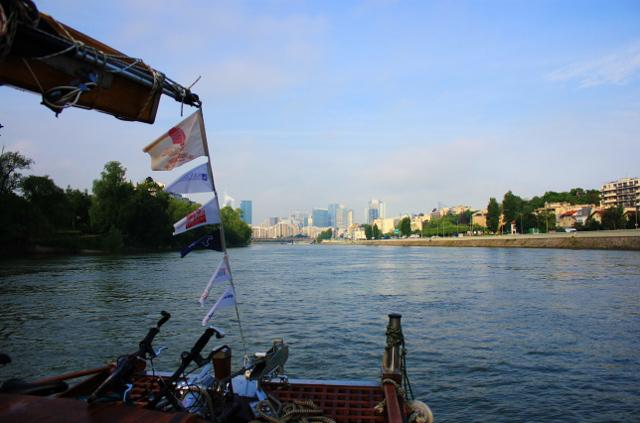 Ranní pohled z protiproudu hladiny řeky Seiny. Vítá nás Paříž !