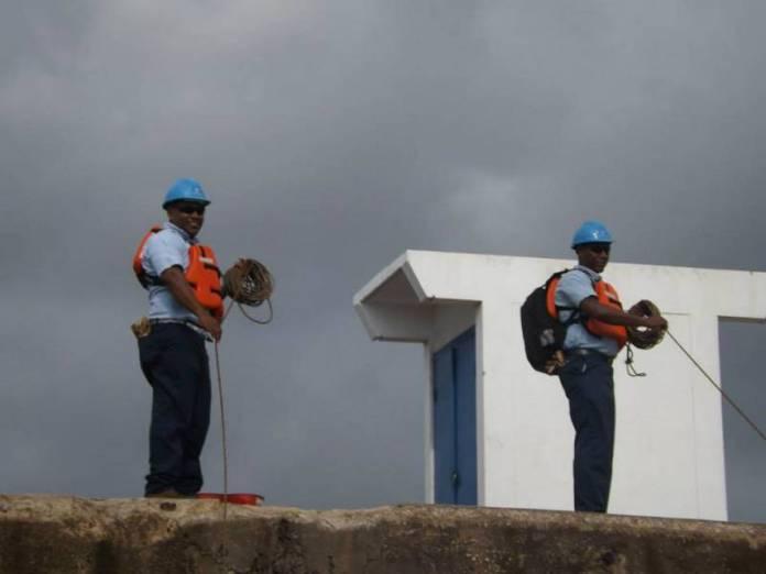 Obsluha plavebních komor v Panamském průplavu.