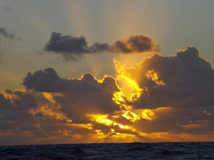 Západy slunce na otevřeném moři berou dech.