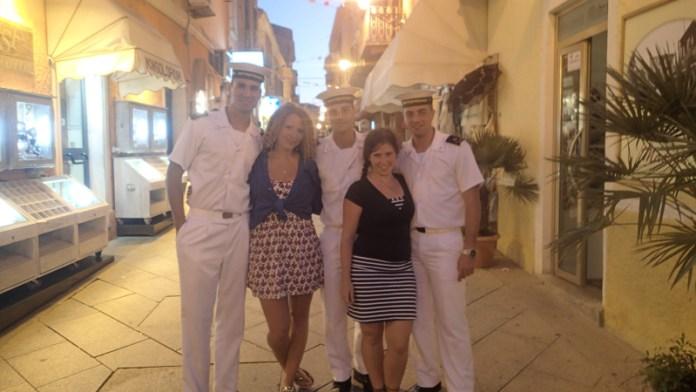 Ve městečku jsme s Katkou odchytli pány námořníky na fotku.