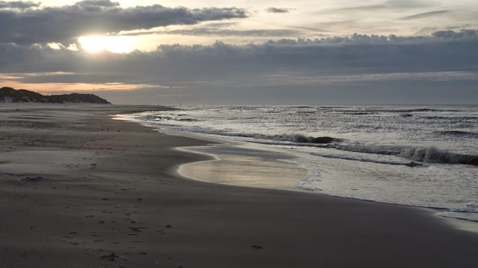 Nekonečná pláž u Severního moře na Terschelingu.