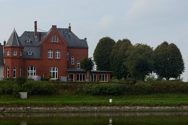 Málokdy se na Kielském kanálu objeví výhled do civilizace.