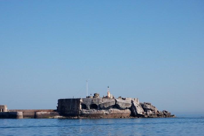 Pevnosti na konci vlnolamů jsou od invaze v Normandii dost poničené.