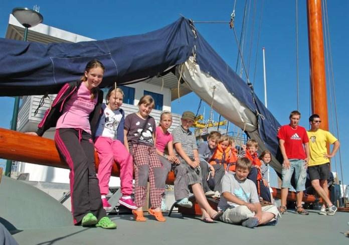 Na lodi si přijdou na své jak zkušení jachtaři, tak i mladé posily posádky.