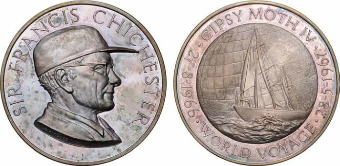 Slavnostní plaketa se vzpomínkou na Chichesterovu plavbu kolem světa.