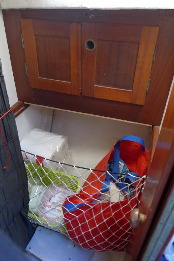 Naproti šatníku jsme vytvořili podobnou síť, za kterou můžeme dát např. tašku se špinavým prádlem apod.