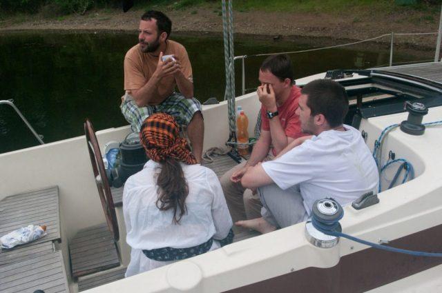 Porada kapitánů v kokpitu Rosy.