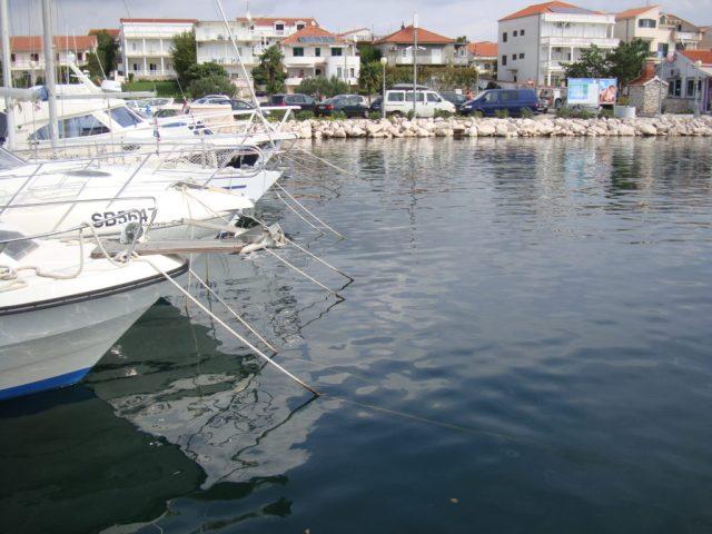Pro muringové mariny jsou typická lana vedoucí z přídí vyvázaných lodí šikmo do vody.