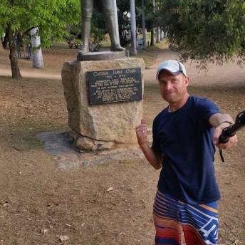 Martin u sochy zakladatele Cooktownu