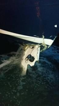 v přídi člunu zůstala ještě část paluby plachetnice.