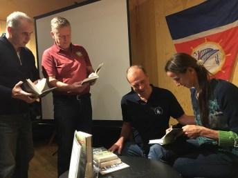 Paní Henrike podepisuje knihu Martinovi Blagoevovi