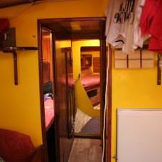Pohled ze salonu směrem k přídi. Vlevo a vpravu kajuty, na konci trupu příďovka a záchod.