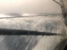 Hrubé moře za oknem