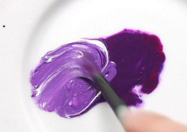 Основной способ получения сиреневого цвета - добавление красной краски с синюю