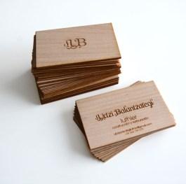 tarjeta de visita en madera