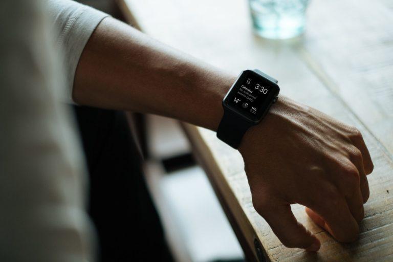 Ein Selbstständiger betreibt mit seiner Apple Watch Zeitmanagement über eine Kalender Struktur