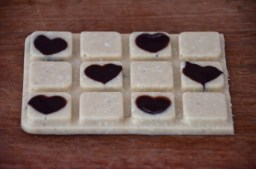 weiße Schokoladentafel mit dunklen Herzchen