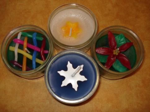 4 verschiedene Kerzen in Gläsern