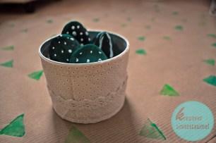 Kakteen mit selbstgemachtem Geschenkpapier
