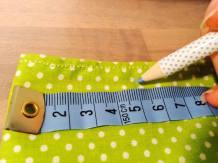 Vyznačte si křídou zhruba 5-ti centimetrové mezery mezi knoflíky