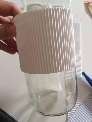 Slepený a utěsněný karton jsem vložila na sklenici