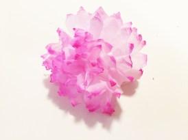 Květina po barvení druhým typem se hůře rozdělává, ale efekt je lepší
