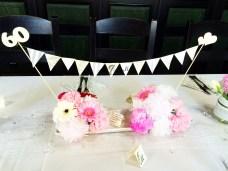 Aranžmá s květinami papírovými i živými a girlanda
