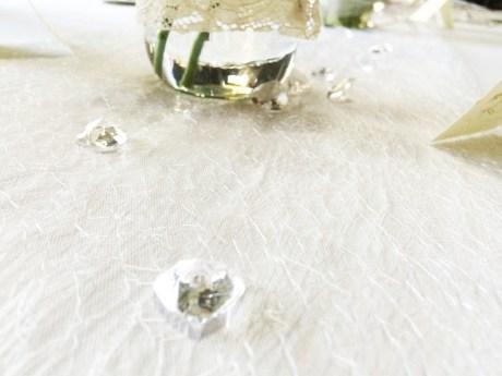 Diamanty po stole symbolizující diamantovou svatbu asi dojdou všem