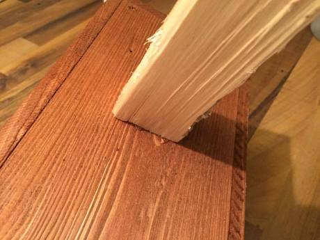 Přidržte silou dřevo u budky po dobu alespoň 1-né minuty, dokud lepidlo nezaschne