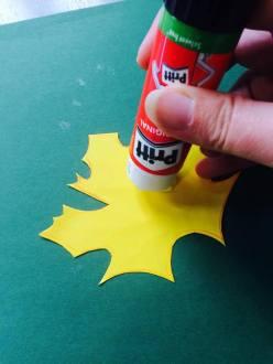 Na papírové jsme použili tyčinkové lepidlo