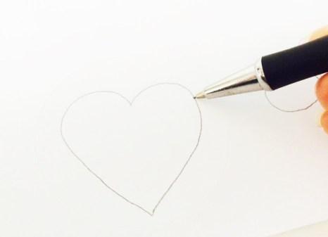Nakreslete na samolepicí arch srdce