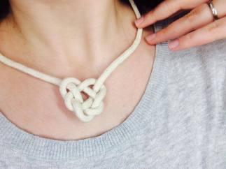 Vyberte hezký typ provazu a můžete vyrobit i náhrdelníček.