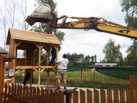 Umístění domku pomocí bagru