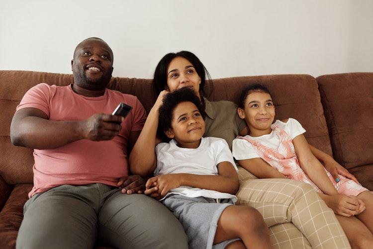 menonton tv bersama keluarga